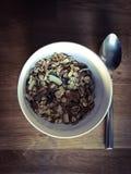 Κύπελλο των δημητριακών και του κουταλιού στοκ φωτογραφία με δικαίωμα ελεύθερης χρήσης