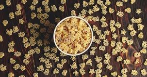Κύπελλο των ζυμαρικών στον ξύλινο πίνακα απόθεμα βίντεο