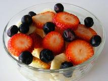 Κύπελλο των νωπών καρπών: μπανάνα, φράουλες και βακκίνια στοκ εικόνα