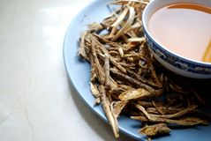 Κύπελλο των παρασκευασμένων κινεζικών χορταριών με τις ξηρές ανάμεικτες ρίζες κατά μέρος Στοκ Φωτογραφία