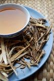 Κύπελλο των παρασκευασμένων κινεζικών χορταριών με τις ξηρές ανάμεικτες ρίζες κατά μέρος Στοκ εικόνες με δικαίωμα ελεύθερης χρήσης