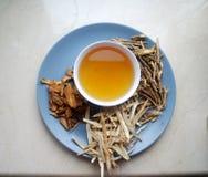 Κύπελλο των παρασκευασμένων κινεζικών χορταριών με τις ξηρές ανάμεικτες ρίζες κατά μέρος Στοκ φωτογραφία με δικαίωμα ελεύθερης χρήσης