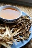Κύπελλο των παρασκευασμένων κινεζικών χορταριών με τις ξηρές ανάμεικτες ρίζες κατά μέρος Στοκ Εικόνες