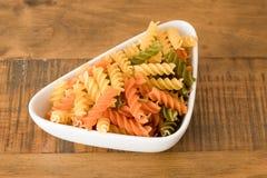 Κύπελλο χρωματισμένα Twirls ζυμαρικών Στοκ φωτογραφία με δικαίωμα ελεύθερης χρήσης