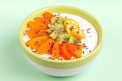 Κύπελλο Acai με το καταφερτζή βανίλιας, φρέσκο persimmon, ακτινίδιο, κουμκουάτ στοκ φωτογραφία με δικαίωμα ελεύθερης χρήσης
