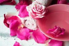 Κύπελλο aroma spa του νερού με τα ροδαλά πέταλα στην πετσέτα, κινηματογράφηση σε πρώτο πλάνο Στοκ Φωτογραφίες