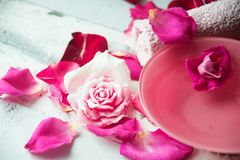 Κύπελλο aroma spa του νερού με τα ροδαλά πέταλα στην πετσέτα, κινηματογράφηση σε πρώτο πλάνο Στοκ φωτογραφία με δικαίωμα ελεύθερης χρήσης