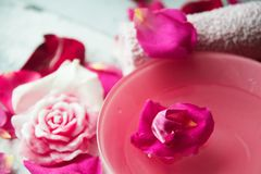 Κύπελλο aroma spa του νερού με τα ροδαλά πέταλα στην πετσέτα, κινηματογράφηση σε πρώτο πλάνο Στοκ φωτογραφίες με δικαίωμα ελεύθερης χρήσης