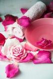 Κύπελλο aroma spa του νερού με τα ροδαλά πέταλα στην πετσέτα, κινηματογράφηση σε πρώτο πλάνο Στοκ εικόνες με δικαίωμα ελεύθερης χρήσης