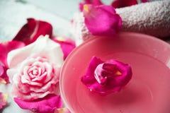 Κύπελλο aroma spa του νερού με τα ροδαλά πέταλα στην πετσέτα, κινηματογράφηση σε πρώτο πλάνο Στοκ Φωτογραφία