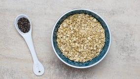 Κύπελλο oatmeal των σπόρων κουάκερ και chia Στοκ εικόνα με δικαίωμα ελεύθερης χρήσης