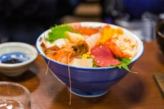 Κύπελλο sashimi, ιαπωνικά ακατέργαστα θαλασσινά, συμπεριλαμβανομένων των γαρίδων, τόνος, γ Στοκ φωτογραφίες με δικαίωμα ελεύθερης χρήσης