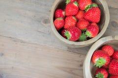 Κύπελλα με τις κόκκινες φράουλες Στοκ Εικόνες