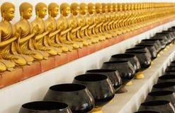 Κύπελλο αγαλμάτων και ελεημοσυνών εικόνας του Βούδα Στοκ φωτογραφίες με δικαίωμα ελεύθερης χρήσης