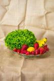 Κύπελλο γυαλιού με τη φρέσκες πράσινες σαλάτα, το λεμόνι, τις μπανάνες και τις φράουλες στοκ εικόνες