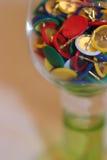 Κύπελλο γυαλιού με τις χρωματισμένες καρφίτσες Στοκ φωτογραφίες με δικαίωμα ελεύθερης χρήσης