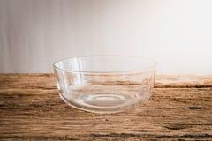 Κύπελλο γυαλιού Emty ξύλινο tabletop Στοκ Εικόνες