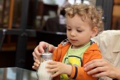 Κύπελλο ζάχαρης εκμετάλλευσης μικρών παιδιών στοκ φωτογραφία με δικαίωμα ελεύθερης χρήσης