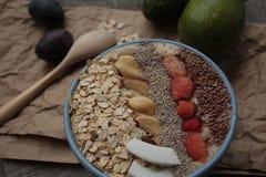 Κύπελλο καταφερτζήδων μούρων προγευμάτων που ολοκληρώνεται με τα σμέουρα, Chia, σπόροι λιναριού, καρύδα, καρύδι Στοκ φωτογραφία με δικαίωμα ελεύθερης χρήσης