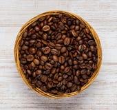Κύπελλο με τα καφετιά ψημένα φασόλια καφέ Στοκ εικόνα με δικαίωμα ελεύθερης χρήσης