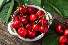 Κύπελλο με τα κόκκινα κεράσια, πρόσφατα επιλεγμένα κεράσια Στοκ φωτογραφία με δικαίωμα ελεύθερης χρήσης