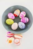 Κύπελλο με τα χρωματισμένα αυγά Πάσχας στο άσπρο υπόβαθρο Στοκ Φωτογραφίες