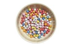 Κύπελλο με τις ζωηρόχρωμες καραμέλες Στοκ φωτογραφία με δικαίωμα ελεύθερης χρήσης