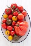 Κύπελλο με τις ζωηρόχρωμες ντομάτες Στοκ φωτογραφία με δικαίωμα ελεύθερης χρήσης