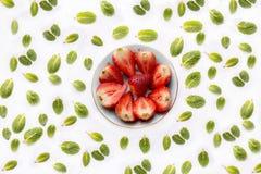 Κύπελλο με τις κομμένες φράουλες Στοκ Φωτογραφία