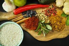 Κύπελλο με το άσπρο ρύζι, τα φρέσκα λαχανικά και τα καρυκεύματα για το μαγείρεμα Στοκ Φωτογραφία