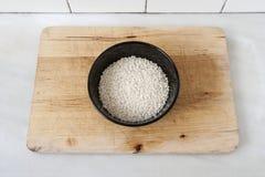 Κύπελλο με το ακατέργαστο ρύζι Στοκ Φωτογραφία