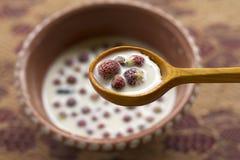Κύπελλο με το γάλα και τις άγριες φράουλες Στοκ εικόνες με δικαίωμα ελεύθερης χρήσης