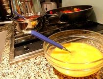 Κύπελλο με το κτυπημένο αυγό σε μια κουζίνα προετοιμάζοντας τα μακαρόνια όλα Στοκ φωτογραφίες με δικαίωμα ελεύθερης χρήσης