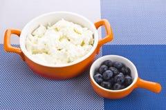 Κύπελλο με το σπίτι-τυρί και τα μούρα Στοκ Φωτογραφία