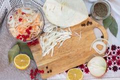 Κύπελλο με sauerkraut και τουρσιών τα συστατικά Στοκ Φωτογραφία