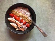 Κύπελλο πουτίγκας chia σμέουρων με το βούτυρο αμυγδάλων, φράουλες, φρέσκα σύκα Στοκ εικόνες με δικαίωμα ελεύθερης χρήσης