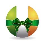 Κύπελλο που χρωματίζεται στα χρώματα της ιρλανδικής σημαίας που δένεται με την πράσινη κορδέλλα με ένα τόξο Στοκ Φωτογραφία