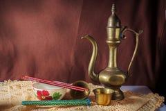 Κύπελλο ρυζιού και κανάτα μετάλλων. στοκ φωτογραφίες με δικαίωμα ελεύθερης χρήσης