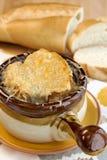 Κύπελλο της γαλλικής σούπας κρεμμυδιών με τη λειωμένη γραβιέρα Στοκ φωτογραφίες με δικαίωμα ελεύθερης χρήσης