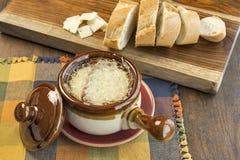 Κύπελλο της γαλλικής σούπας κρεμμυδιών με το λειωμένο τυρί Στοκ φωτογραφία με δικαίωμα ελεύθερης χρήσης
