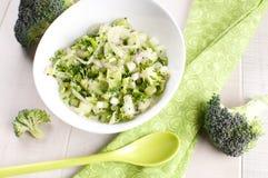Κύπελλο της πράσινης σαλάτας μπρόκολου και αγγουριών Στοκ Εικόνες