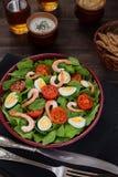 Κύπελλο της φρέσκιας σαλάτας με τις γαρίδες και τα αυγά Στοκ Εικόνες