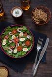 Κύπελλο της φρέσκιας σαλάτας με τις γαρίδες Στοκ φωτογραφία με δικαίωμα ελεύθερης χρήσης