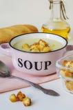 Κύπελλο της φυτικής σούπας Πουρές σούπας κουνουπιδιών με croutons Στοκ φωτογραφία με δικαίωμα ελεύθερης χρήσης