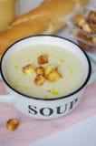 Κύπελλο της φυτικής σούπας Πουρές σούπας κουνουπιδιών με croutons Στοκ εικόνες με δικαίωμα ελεύθερης χρήσης