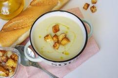 Κύπελλο της φυτικής σούπας Πουρές σούπας κουνουπιδιών με croutons Στοκ Φωτογραφίες
