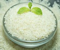 Κύπελλο του ακατέργαστου ιαπωνικού ρυζιού με τη μέντα Στοκ Εικόνες