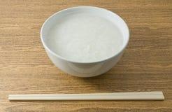 Κύπελλο του ασιατικού βρασμένου ρυζιού ή του κουάκερ ρυζιού Στοκ φωτογραφίες με δικαίωμα ελεύθερης χρήσης