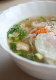 Κύπελλο του βιετναμέζικου pho κοτόπουλου με ένα λαθραίο αυγό Pho GA με το αυγό Στοκ Φωτογραφία