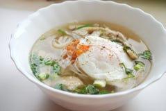 Κύπελλο του βιετναμέζικου pho κοτόπουλου με ένα λαθραίο αυγό Pho GA με το αυγό Στοκ Εικόνα